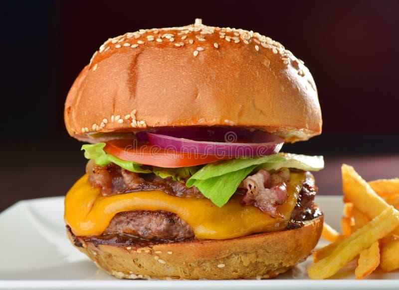 Kaashamburger met een bacon stock foto's