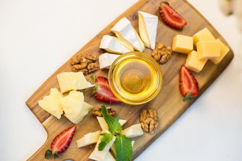 Kaasplaat met noten en aardbeien royalty-vrije stock foto's