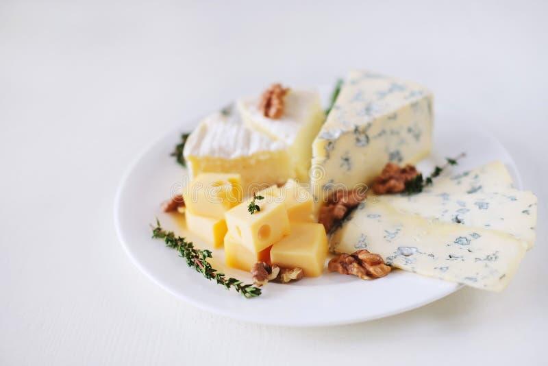 Kaasplaat met verschillende soorten kaas royalty-vrije stock afbeeldingen