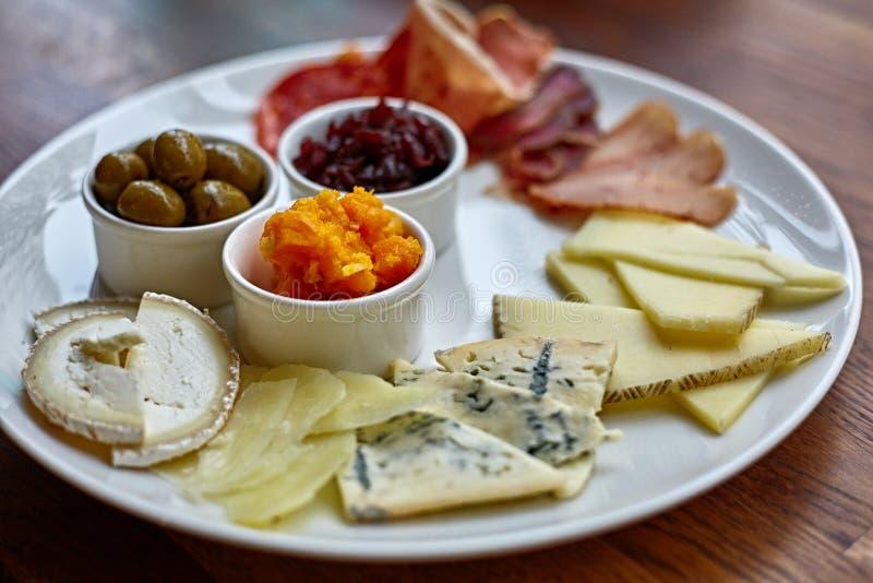 Kaasplaat met verschillende soorten kaas met thymekruiden en okkernoten stock foto