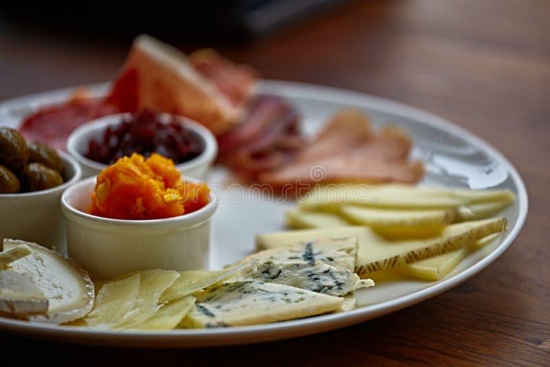 Kaasplaat met verschillende soorten kaas met thymekruiden en okkernoten royalty-vrije stock afbeelding