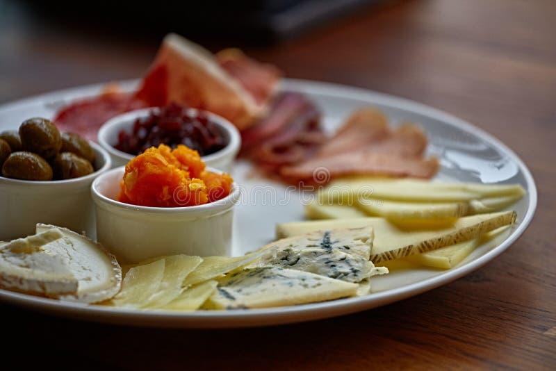 Kaasplaat met verschillende soorten kaas met thymekruiden en okkernoten royalty-vrije stock afbeeldingen