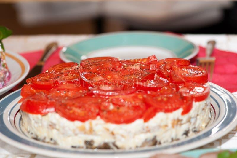 Kaassalade met tomaten op een grote ronde schotel worden gediend die royalty-vrije stock foto's
