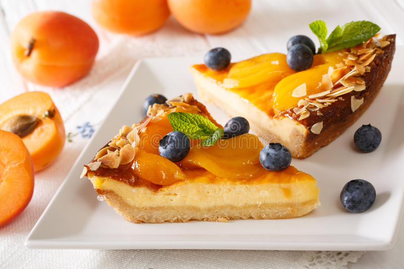 Kaastaart met abrikozen, bosbessen, munt en notenclose-up H royalty-vrije stock afbeelding