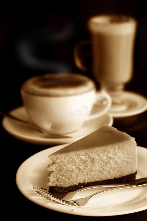 Kaastaart met cappuccino's en koffie latte stock afbeeldingen