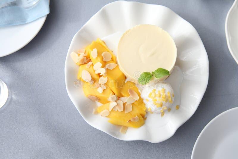 Kaastaart met mango royalty-vrije stock foto