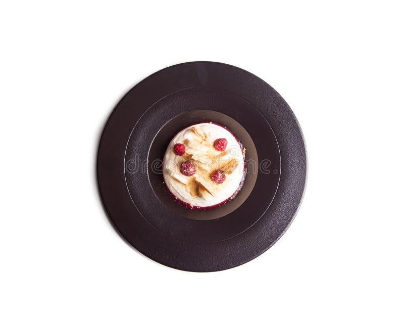Kaastaart in plaatwhit aardbeien, knapperige bananen en biscui stock afbeeldingen
