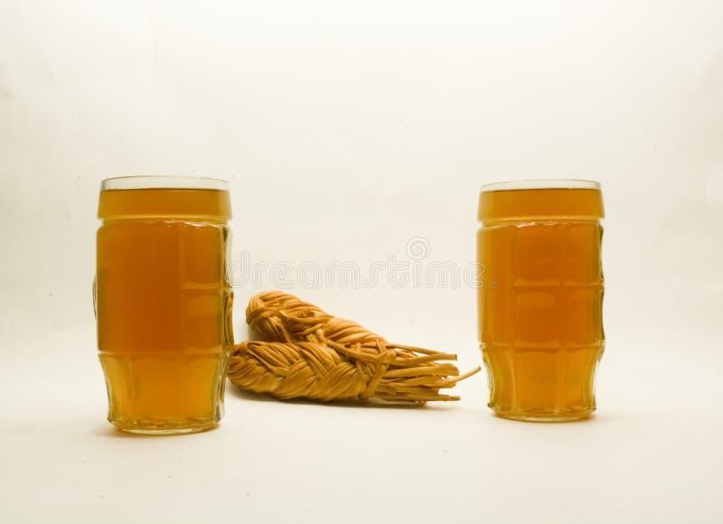 Kaasvlecht met bier op een lichte achtergrond royalty-vrije stock fotografie