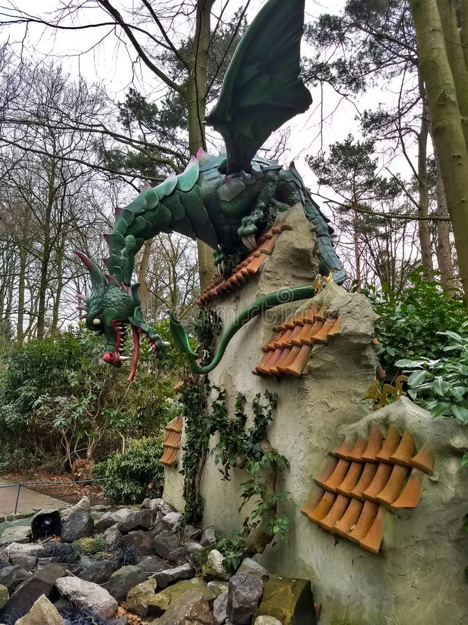 Kaatsheuvel/οι Κάτω Χώρες - 29 Μαρτίου 2018: Ένας δράκος που φρουρεί τα στήθη θησαυρών στον τοίχο στο θεματικό πάρκο Efteling στοκ εικόνες με δικαίωμα ελεύθερης χρήσης