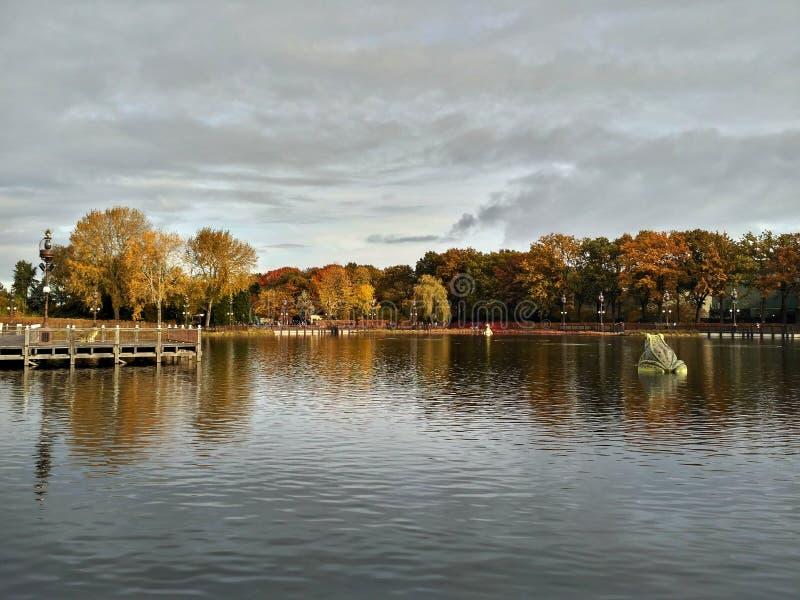 Kaatsheuvel/荷兰- 2016年11月03日:湖和喷泉在主题乐园Efteling 免版税库存照片