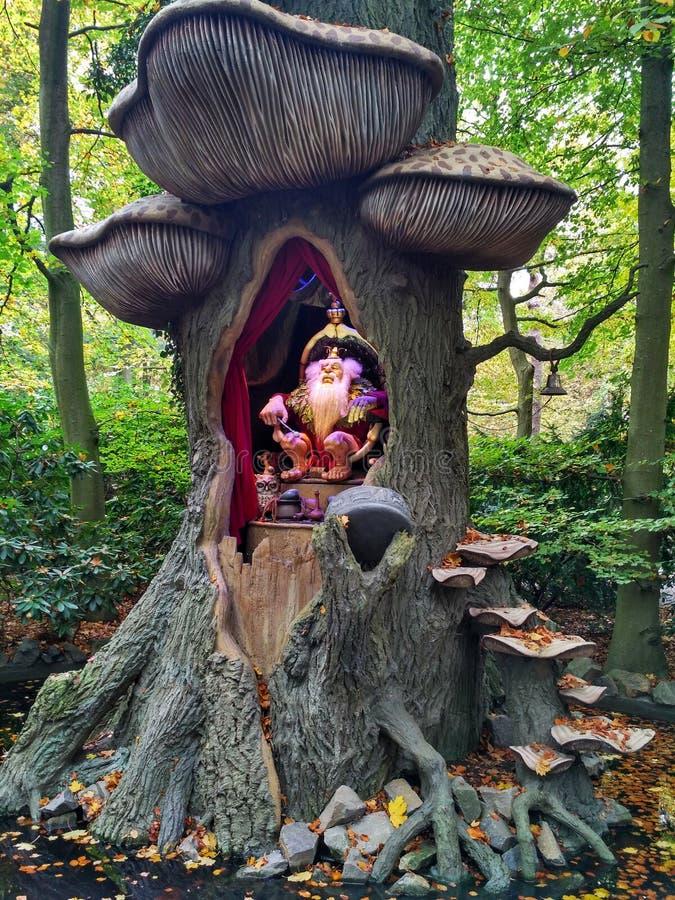 Kaatsheuvel holandie/- Listopad 03 2016: Błyszczki postać w drzewie Park Tematyczny Efteling fotografia stock