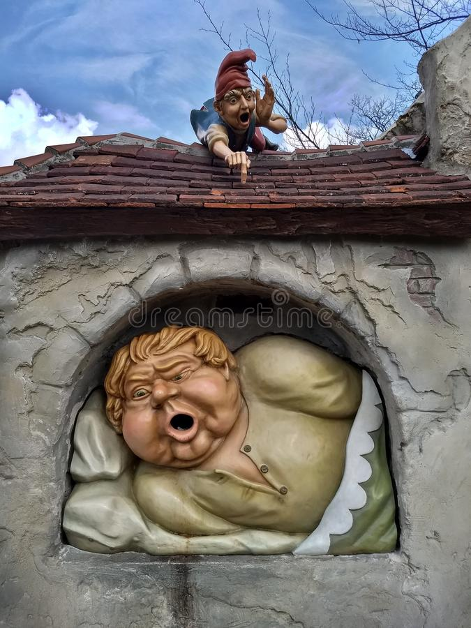 Kaatsheuvel holandie/- Marzec 29 2018: Rzeźba dziecko zjadacz, ja dzwoni rzucać papierowego śmieci w usta obrazy royalty free