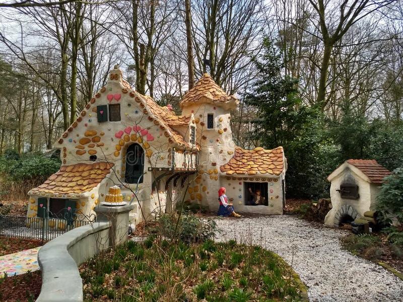 Kaatsheuvel holandie/- Marzec 29 2018: Słodki dom bajka Hansel i Gretel w parku tematycznym Efteling obraz stock