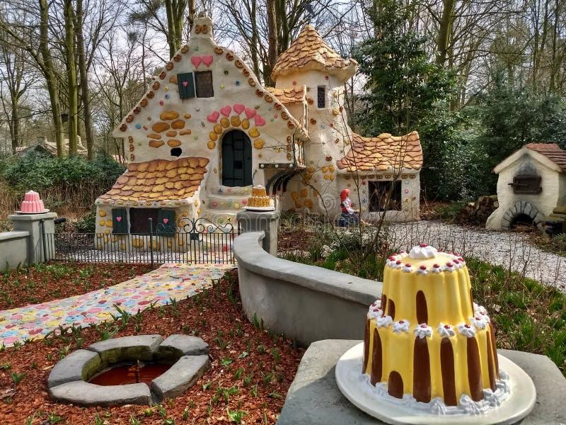 Kaatsheuvel/los Países Bajos - 29 de marzo de 2018: La casa dulce del cuento de hadas Hansel y Gretel en el parque temático Eftel fotografía de archivo
