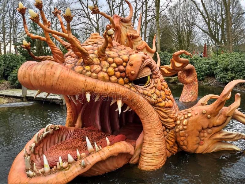 Kaatsheuvel/los Países Bajos - 29 de marzo de 2018: Parque temático Efteling El pescado anaranjado grande del cuento de hadas Pin fotografía de archivo