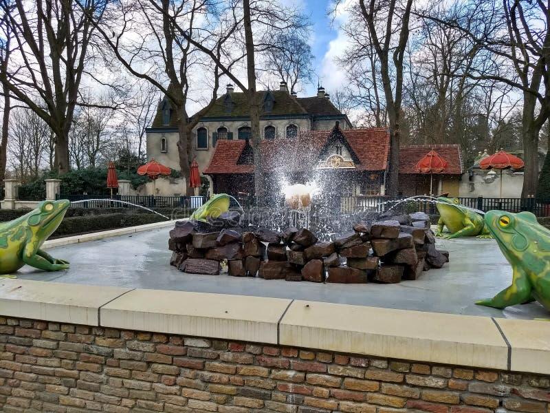Kaatsheuvel/los Países Bajos - 29 de marzo de 2018: Una fuente con cuatro ranas y el globo en el parque temático Efteling fotos de archivo libres de regalías