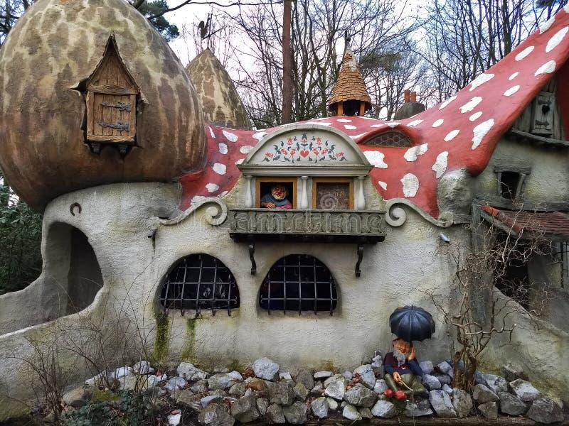 Kaatsheuvel/Nederland - 29 Maart 2018: Een dwwarfdorp en een paddestoelhuis in Themapark Efteling royalty-vrije stock afbeelding
