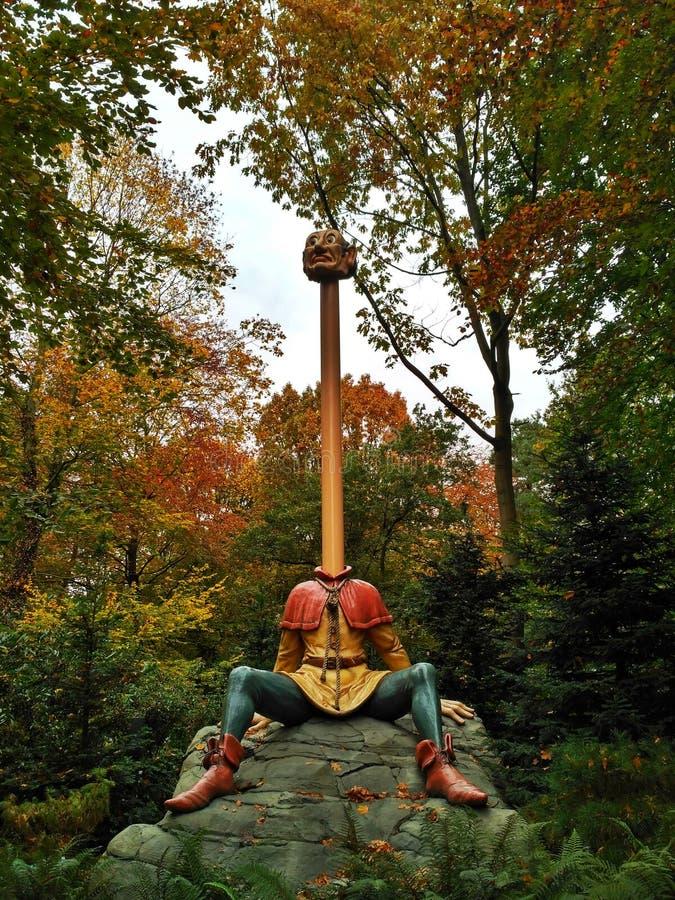 Kaatsheuvel/Países Baixos - 3 de novembro de 2016: Empregado necked longo dos empregados do conto de fadas seis Parque temático E fotos de stock