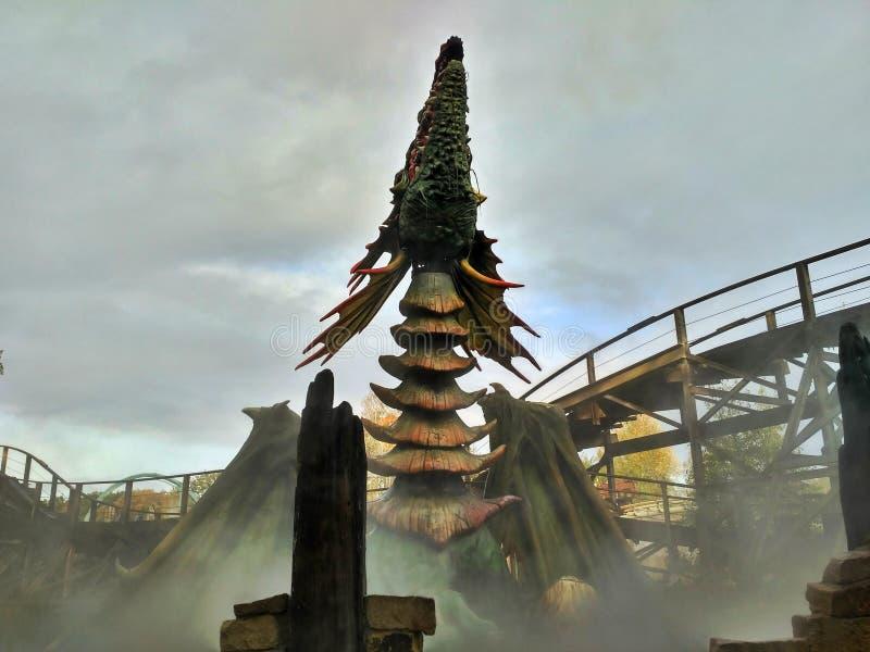 Kaatsheuvel/Pays-Bas - 3 novembre 2016 : dragon de Feu-respiration dans le parc à thème Efteling image stock