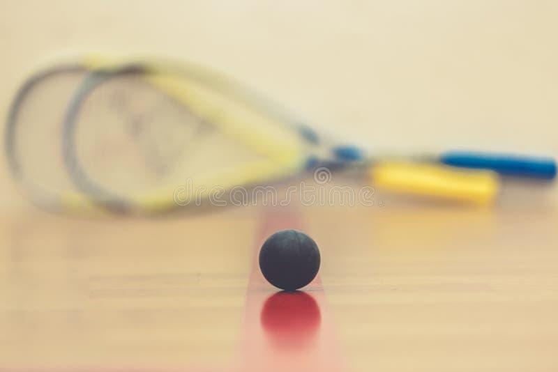Kabaczek piłka na sądzie z dwa kabaczek rakietami gotowymi bawić się obraz royalty free