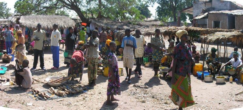 Kabalo, República Democrática del Congo: Mujeres que venden la comida imágenes de archivo libres de regalías