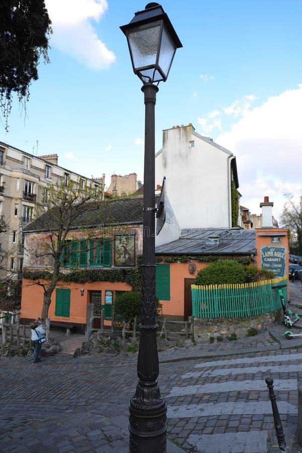KabaretAu lättrörliga Lapin är en berömd Montmartre kabaret Kabareten besökte ofta bohemiskt: Picasso Modigliani, Apollinair arkivbild