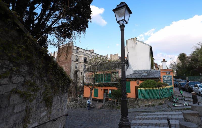 KabaretAu lättrörliga Lapin är en berömd Montmartre kabaret Kabareten besökte ofta bohemiskt: Picasso Modigliani, Apollinair royaltyfria bilder