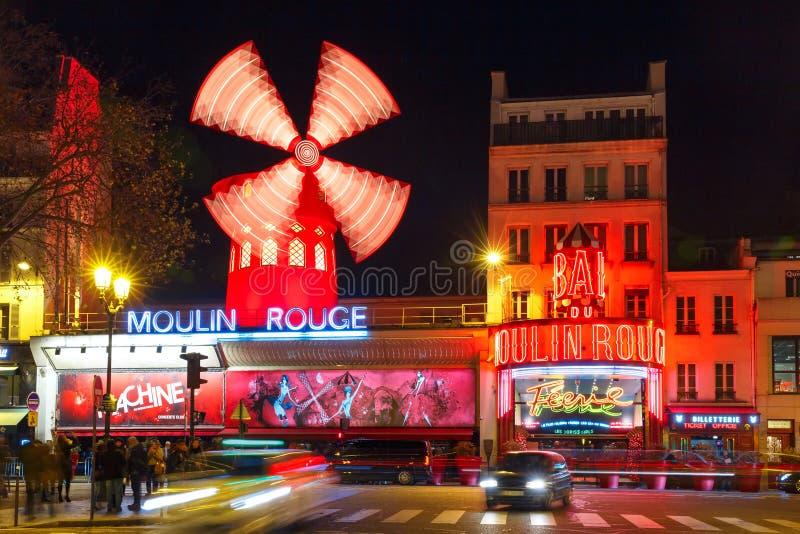 KabaretMoulin rouge på natten i Paris, Frankrike arkivfoton