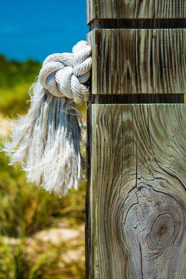 Kabel aan pool op Turken die en Caicos wordt gebonden stock afbeeldingen