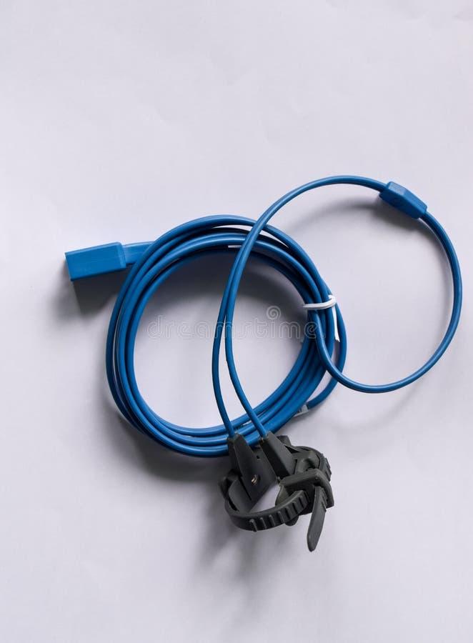 Kabel av den handheld pulsoximeteren på vit bakgrund arkivbild