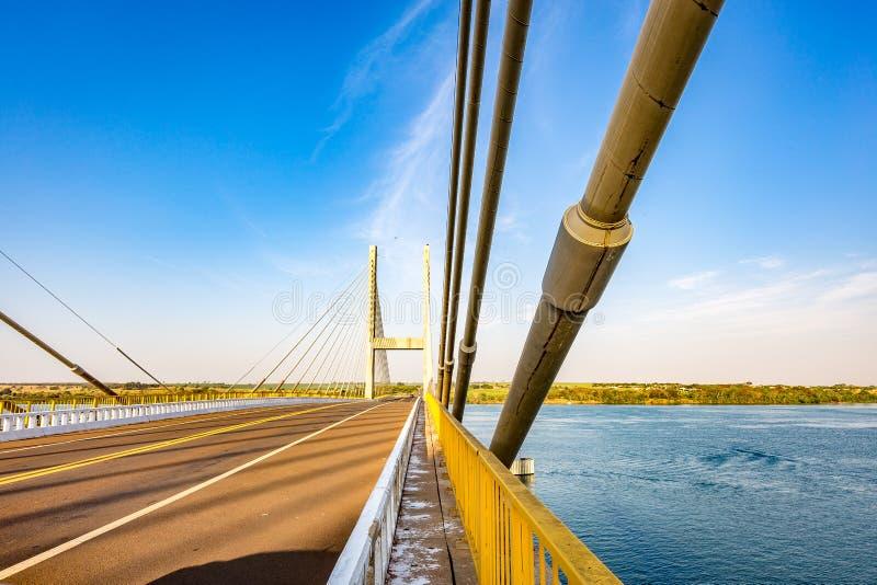 Kabel-bliven bro över Parana River, Brasilien Gräns av Sao Pau royaltyfria bilder