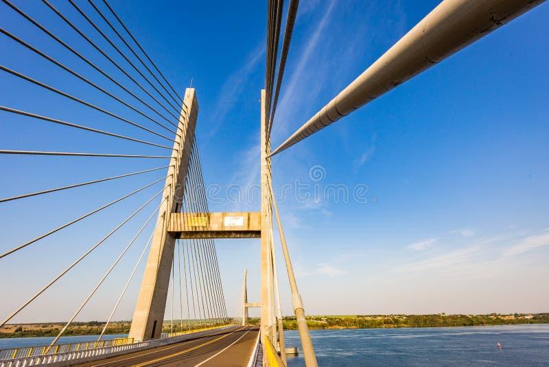 Kabel-bliven bro över Parana River, Brasilien Gräns av Sao Pau arkivbild