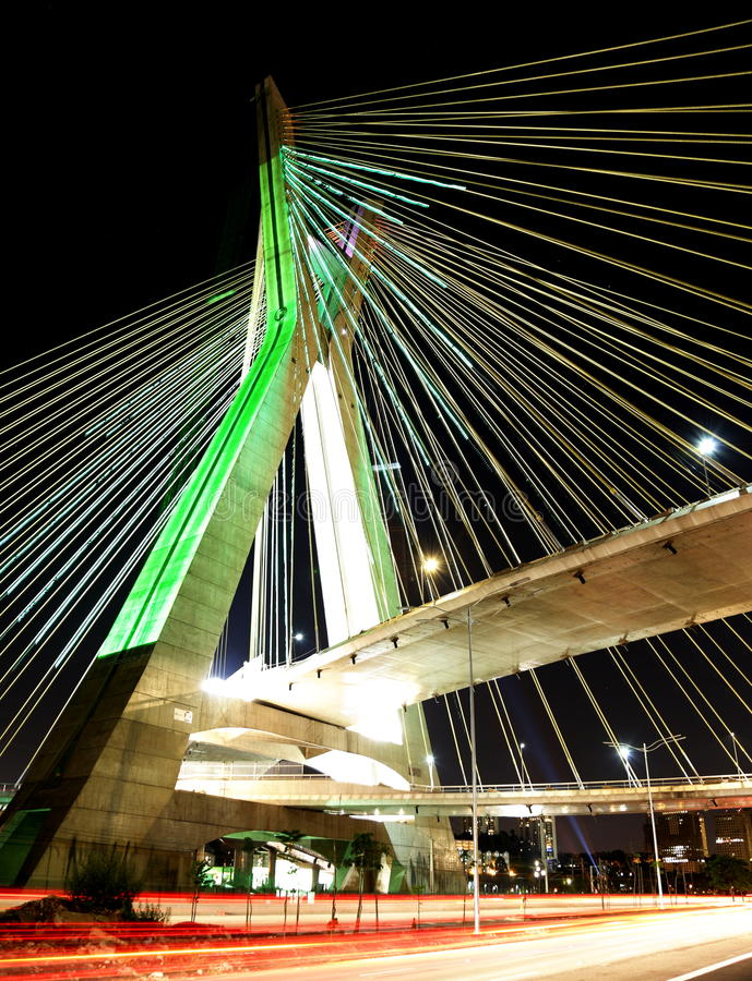 Kabel-bliven bro på natten i Sao Paulo Brasilien arkivfoton