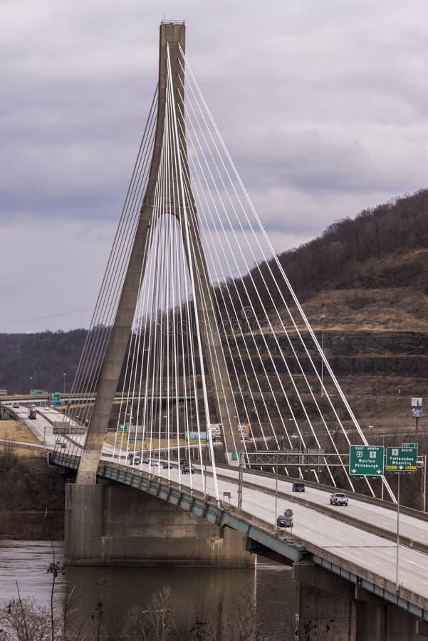 Kabel-bliven upphängningbro - USA 22 - Ohio River royaltyfri foto
