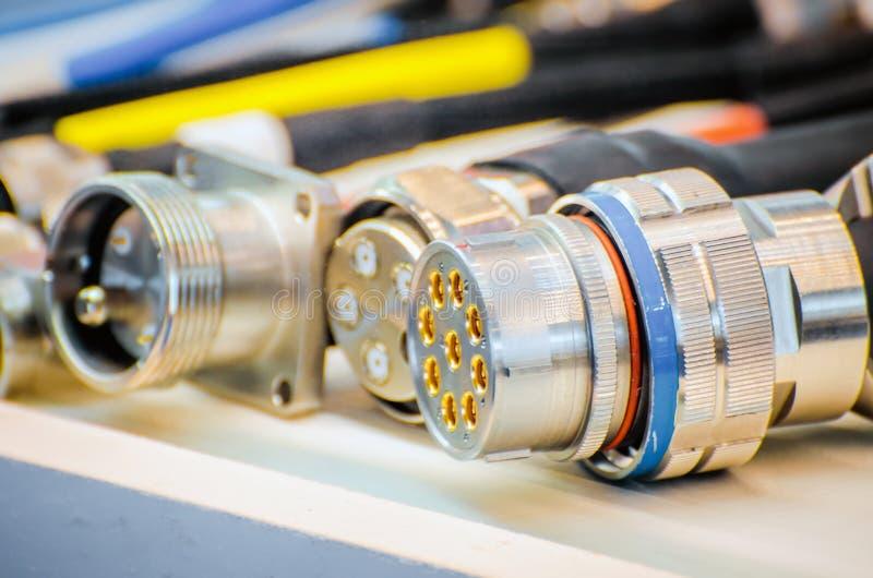 Kabel elkraft, med olika förbindande kopplingar royaltyfri foto