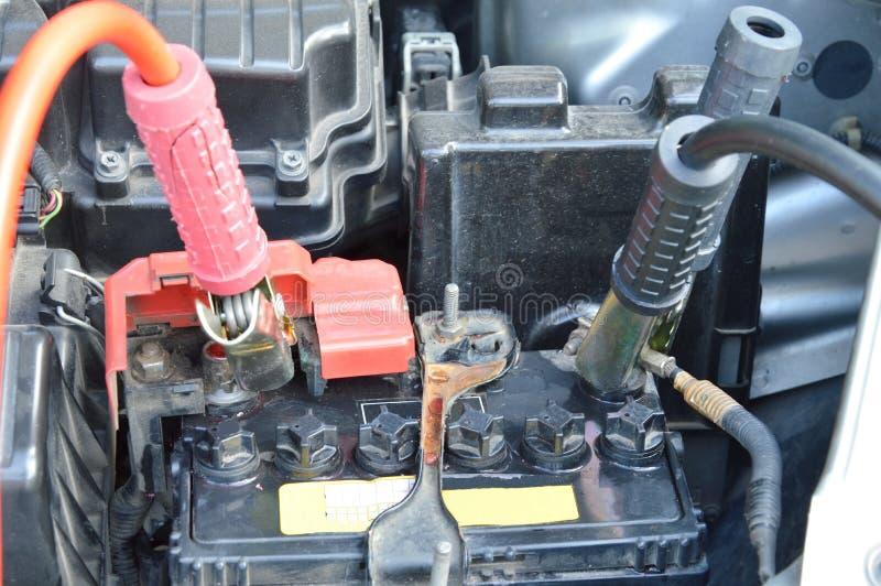 Kabel för att det döda bilbatteriet för laddning ska skjuta start arkivbilder