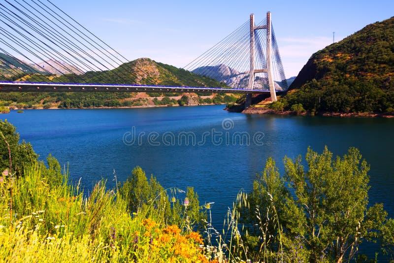 Kabel-gebleven brug over meer stock fotografie
