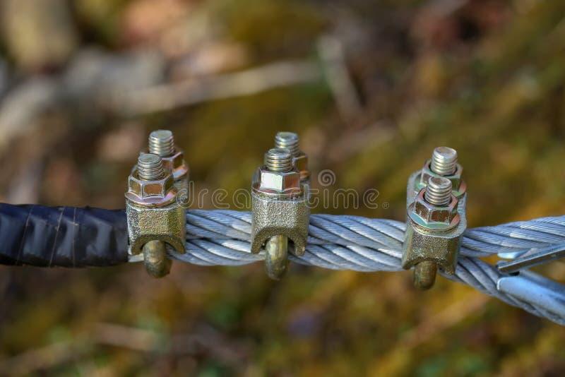 Kabel met bouten en noten stock afbeeldingen