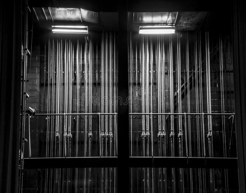 Kabel- och kedjeriggning i kulisserna i en teater arkivbilder