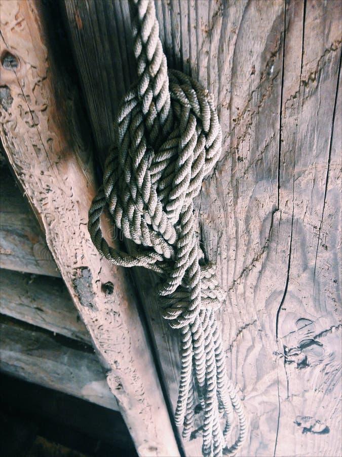 Kabel op de oude deur royalty-vrije stock afbeelding
