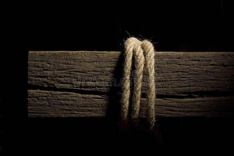 Kabel op een houten dwarsligger stock afbeeldingen