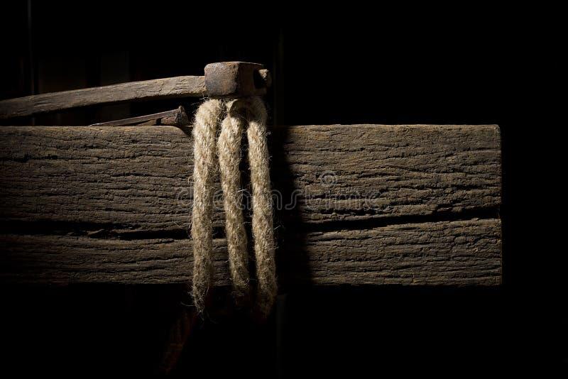 Kabel op een houten dwarsligger stock fotografie