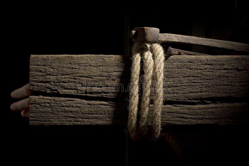 Kabel op een houten dwarsligger stock foto's