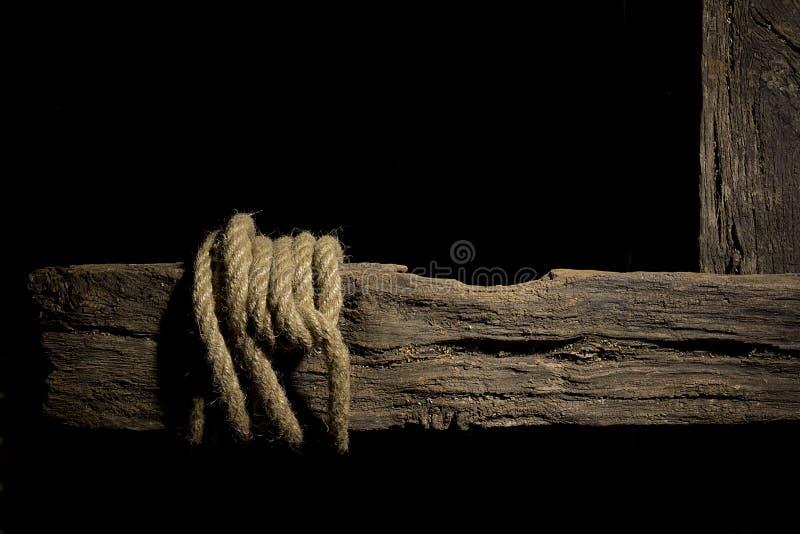 Kabel op een houten dwarsligger royalty-vrije stock afbeeldingen