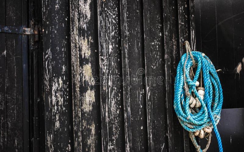 Kabel op houten muur stock foto's
