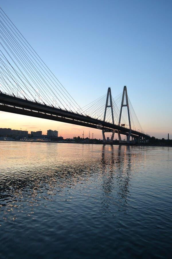 Kabel-stödd bro över floden Neva royaltyfria foton
