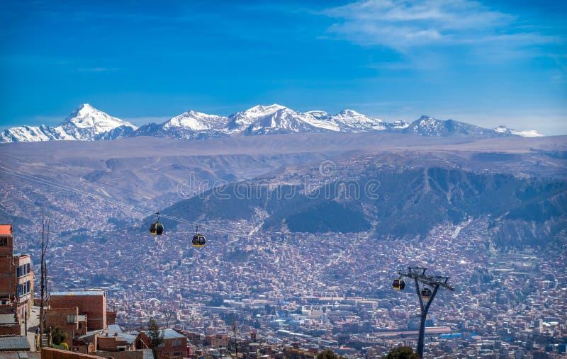 Kabelauto's in een panoramisch beeld van de stad La Paz, Bolivia royalty-vrije stock fotografie