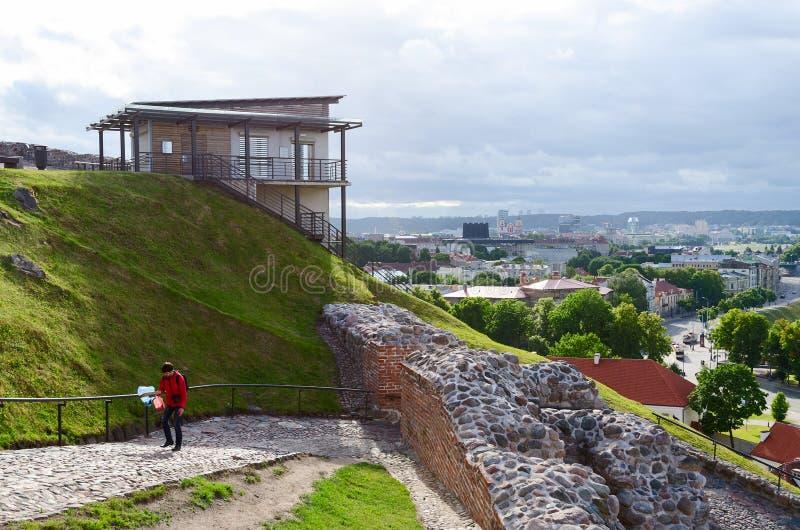 Kabelbaan op Kasteelheuvel (Onderstel Gediminas) op achtergrond van Oud royalty-vrije stock afbeelding