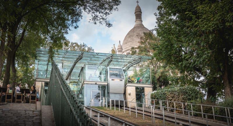 Kabelbaan van Montmartre die om tot de bovenkant van toestaat te beklimmen stock afbeelding