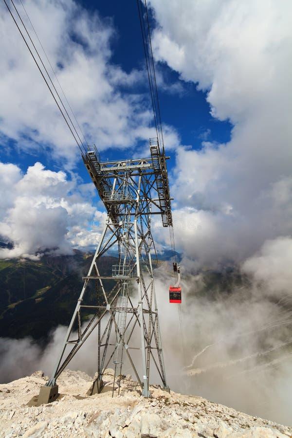 Download Kabelbahn in den Dolomit stockfoto. Bild von kabine, reise - 27735166